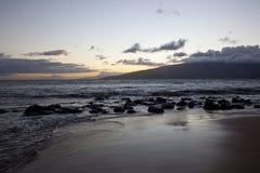 Solnedgång på de västra Maui bergen Arkivbild