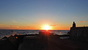 Solnedgång på den Östersjön kusten Arkivbild