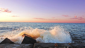Solnedgång på den Östersjön kusten Arkivfoto