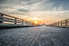 Solnedgång på den övergav vägen Royaltyfri Bild