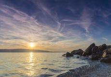 Solnedgång på den Adriatiska havet kustKroatien Arkivfoto