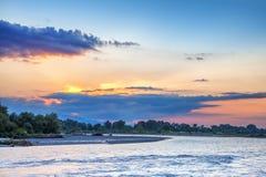 Solnedgång på den Alazani floden georgia Arkivbilder
