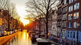 Solnedgång på den Amsterdam kanalen arkivfilmer