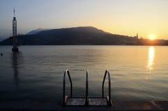 Solnedgång på den Annecy staden och dykningstruktur på sjön, savojkål, franc arkivfoton