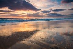 Solnedgång på den atlantiska kusten, Bisacarosse, Frankrike arkivfoto