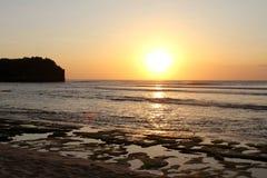 Solnedgång på den Balangan stranden Arkivbild