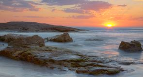 Solnedgång på den Birubi stranden, Australien Arkivbilder