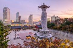 Solnedgång på den Bongeunsa templet av i stadens centrum horisont i den Seoul staden Arkivfoton