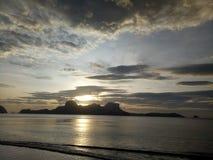 Solnedgång på den Cadlao lagun i El Nido Palawan Arkivfoton