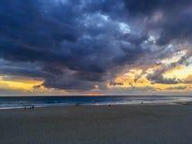 Solnedgång på den Carcavelos stranden i Portugal Arkivbilder