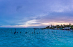 Solnedgång på den Caye caulkeren - Belize Royaltyfria Bilder