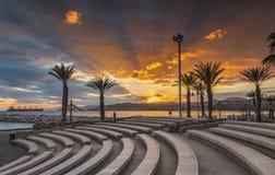 Solnedgång på den centrala offentliga stranden av Eilat Arkivbild