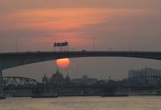 Solnedgång på den Chaopraya floden Arkivbilder