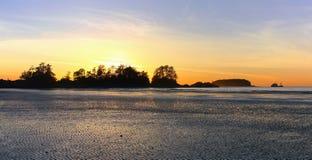 Solnedgång på den Chesterman stranden, Tofino, Vancouver ö arkivfoton