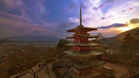 Solnedgång på den Chureito pagoden med mjuk bakgrund av Fujisan royaltyfri foto
