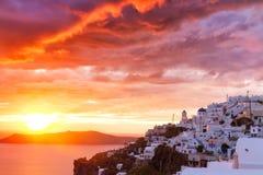 Solnedgång på den cycladic byn Imerovigli Royaltyfri Foto