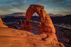 Solnedgång på den delikata bågen, Utah royaltyfria bilder