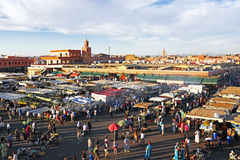 Solnedgång på den Djemaa el Fna marknaden i Marrakesh, Marocko, med Koutu Arkivbilder