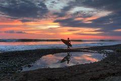 Solnedgång på den Dominical stranden, Costa Rica Royaltyfri Bild