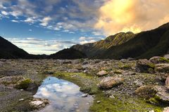 Solnedgång på den franz josef glaciären royaltyfri fotografi