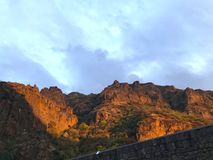 Solnedgång på den Geghard klyftan i Armenien Royaltyfri Fotografi