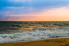 Solnedgång på den Goa stranden Arkivfoto