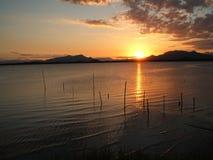 Solnedgång på den Guaraqueçaba fjärden arkivfoto