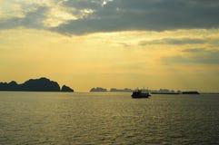 Solnedgång på den Halong fjärden Arkivfoto