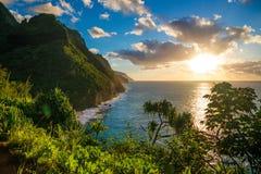 Solnedgång på den Hawaii Kauai Napali kustKalalau slingan royaltyfri foto