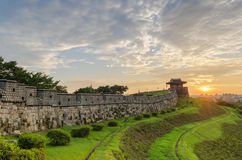 Solnedgång på den Hwaseong fästningen i Suwon, Sydkorea Royaltyfri Bild