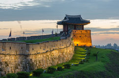Solnedgång på den Hwaseong fästningen i Suwon, Sydkorea Arkivbilder