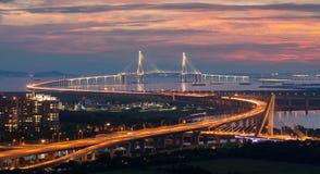 Solnedgång på den Incheon bron i Korea Royaltyfri Fotografi