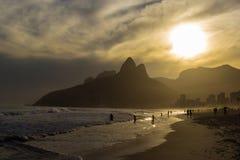 Solnedgång på den Ipanema stranden Arkivbilder