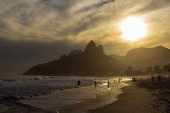 Solnedgång på den Ipanema stranden Royaltyfri Foto
