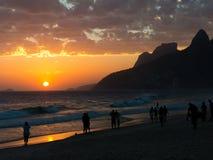 Solnedgång på den Ipanema stranden i Rio de Janeiro Royaltyfri Bild