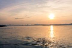 Solnedgång på den Irrawaddy floden arkivfoton