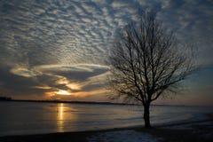 Solnedgång på den iskalla sjön Fotografering för Bildbyråer