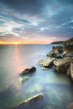 Solnedgång på den italienska kusten nära Trieste, Italien Arkivfoto