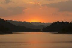 Solnedgång på den Kaeng Krachan nationalparken Royaltyfri Foto