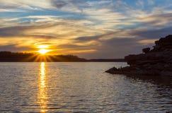 Solnedgång på den karga flod sjön Royaltyfri Foto