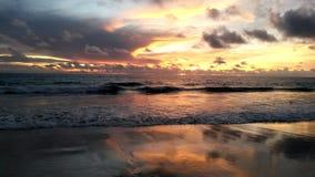 Solnedgång på den Karon stranden, Phuket, Thailand royaltyfri bild