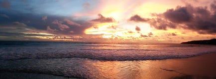 Solnedgång på den Karon stranden, Phuket, Thailand royaltyfria foton