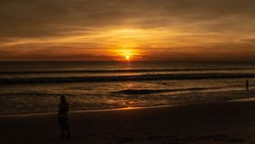 Solnedgång på den Karon stranden, Phuket Thailand fotografering för bildbyråer