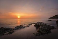 Solnedgång på den Khao-Laem-Ya nationalparken Arkivbilder