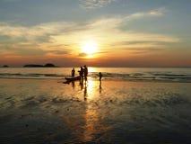 Solnedgång på den Klong Prao stranden på Ko Chang/Thailand Arkivfoton