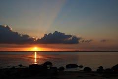 Solnedgång på den Knud stranden i Danmark Arkivfoto