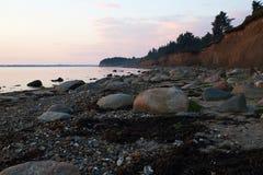 Solnedgång på den Knud stranden i Danmark Arkivbilder