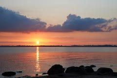 Solnedgång på den Knud stranden i Danmark Royaltyfri Bild