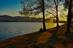 Solnedgång på den konstgjorda sjön av Tirana, Albanien arkivfoto