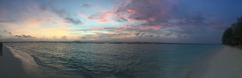 Solnedgång på den Kurumba ön, Maldiverna Royaltyfri Fotografi